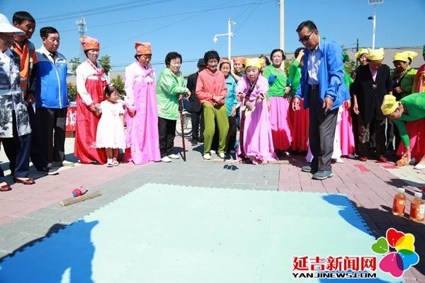 八道村村民欢歌热舞迎中秋