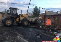 延虹社区联合环卫处 清理垃圾美化环境