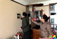 独居老人家中停电 社区帮助送来光明