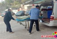 居民家中突发意外 社区人员紧急送医