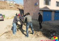 解放思想转变作风 社区组织修复小区破损 路面