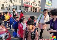 河南街道白丰社区大手牵小手护送小学生安全过马路