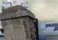 废旧门柱有隐患 社区帮忙排危险