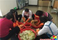河南街道晨光社区为驻街单位对接居民学习腌制辣白菜