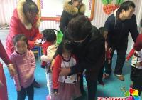 小营镇东阳社区党支部为外来务工 贫困人员子女送新年礼物
