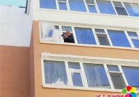 窗户冒冰吓坏行人 社区及时查户主除隐患
