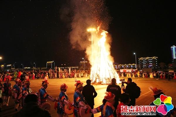 欢歌热舞篝火祈福 上万游客共度元宵佳节