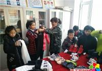 """丹春社区开展""""学雷锋,送温暖""""为 贫困儿童发放衣物活动"""