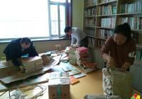 """""""留下书香  带走灰尘"""" 长青社区志愿者清扫图书室"""