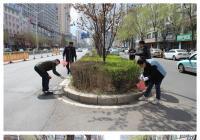 清理绿化带垃圾 助力创建全国文明城