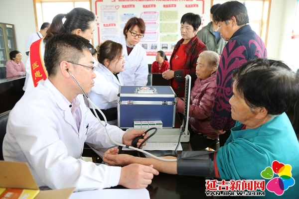 政协医药卫生组委员到龙盛村送医送药送健康