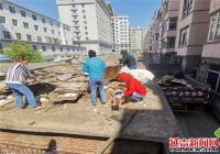 老人捡拾垃圾堆满屋顶 白桦社区及时清理还宜居环境