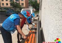 北山街道雷锋班粉刷长椅助力创城
