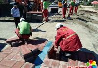 爱心企业助力创城 铺设地砖美化环境