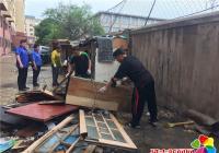 白梅社区清理乱堆乱放 整治老旧小区环境卫生
