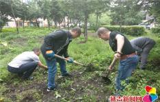 社区服刑人员助推创城  拔草栽花美化环境