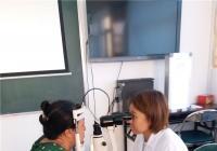 白梅社区联合眼科医院为独居老人检查眼睛