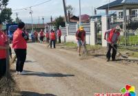 小营镇志愿者在东光村开展清理水毁路面志愿服务活动