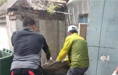 白梅社区清理小区环境卫生 助力创城工作