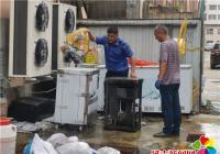 白桦社区助力创城 清理卫生死角