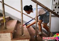 小小志愿者清理小广告  助力创建文明城