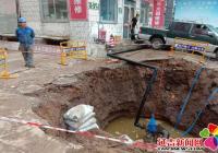 施工方挖坏自来水管道影响小区供水 社区协调解决
