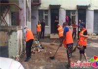 清理墙体小广告 美化小区环境