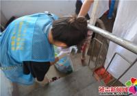 清理楼道乱堆乱放 白菊社区阳光义工在行动