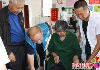 残疾老人来体检 社区赠送轮椅