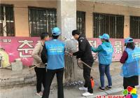 晨光社区清理辖区乱贴乱画助力创建文明城市
