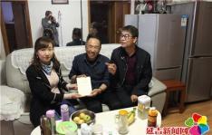 文庆社区开展为老党员送书上门活动