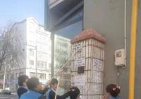 春光社区蓝马甲志愿者在行动 清理野广告共筑文明城市