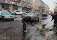 白桦社区组织志愿者清理路面积水 确保居民出行安全