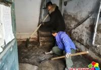 民安社区处理楼道积水结冰 排除安全隐患