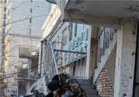 社区志愿者义务为居民维修楼梯护栏