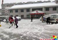 白山社区扫雪总动员 严寒清雪暖人心