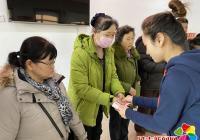 延华社区春节送温暖 为低保户发放慰问金
