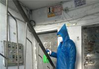 白玉社区积极开展防疫工作 对小区楼道进行全面消毒