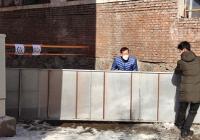 危险!小区围墙倾斜 社区紧急拉起警戒线
