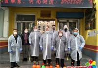 延吉市公交集团党员志愿者帮助春光社区进行楼道消杀