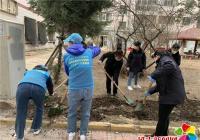 在职党员走进春光社区 为小区翻地播种