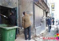 新兴街道携手税务局开展清理小广告活动