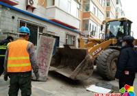 清理小区门口水泥柱子 让居民安全出入