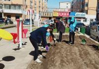 社区清理花坛垃圾 还居民整洁环境