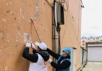 集中供热志愿者走进烟厂社区 清理乱贴乱画 美化居住环境