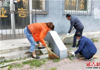 社区网格员集中整治辖区环境为创城助力