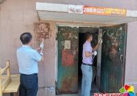白菊社区清理乱贴乱画 美化辖区环境