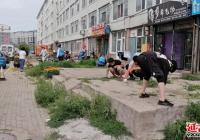 新时代文明志愿者为无物业小区拔草除杂美化环境