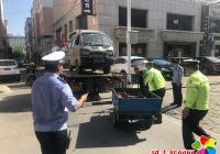 """新兴街道清理""""僵尸车"""" 还社区整洁环境"""