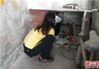 南阳社区携手包保单位开展清理楼道乱堆乱放助创城活动